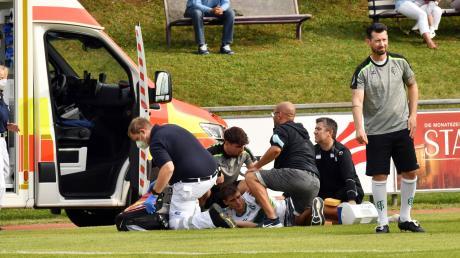 Der Blick des Sportlichen Leiters Stefan Kerle (rechts) spricht Bände: Am Boden hinter ihm liegt FCG-Torjäger Sandro Caravetta, der vom verletzt pausierenden Keeper Dominik Dewein (Zweiter von links) unterstützt wird, während sich der Notarzt und zwei Garchinger um das verletzte Knie kümmern.