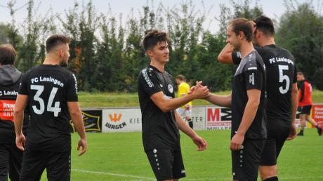 Zufriedene Gesichter und gegenseitige Glückwünsche gab es beim FC Lauingen (von rechts Hannes Gentner und Elias Griener) nach dem 2:0-Heimerfolg über das Spitzenteam aus Wiesenbach.