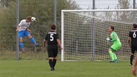 Der TSV Kirchheim (weiß-blaue Trikots) fertigte den FC Blonhofen im Heimspiel mit 6:0 ab.