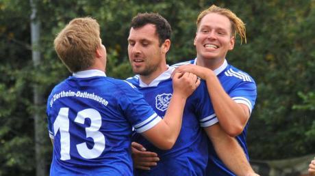 Michael Lindacher (Mitte) hat zum 1:0 für Ziertheim in Neumünster getroffen, Dominik Jankowetz (links) und Julian Hammer gratulieren.