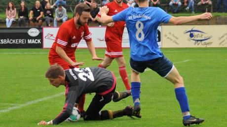 Wittislingens Keeper Maximilian Schuster rettet hier vor Patrick Löwenstein (rechts), kann aber letztlich das 0:2 gegen den TVG auch nicht verhindern.
