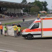 Mehrere Unfälle gab es beim Sandbahnrennen wie hier einer, der noch recht glimpflich ablief. Erst ein Unfall mit drei Verletzten führte schließlich zum Rennabbruch.