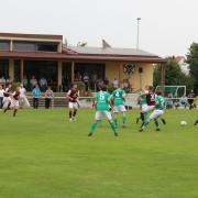 Beim Spiel des Lauber SV gegen die SG FSV Buchdorf/Daiting (Foto) ist der Schiedsrichter zusammengebrochen. Die Mannschaften bildeten während der Erste-Hilfe-Maßnahmen einen Kreis um ihn.