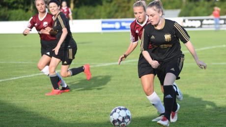 Anders als hier bei der Partie gegen Glött konnten die VfB-Damen (hier mit Linda Löw am Ball) am Wochenende zu Hause gegen Gerolsbach ein Tor erzielen. Die Partie ging allerdings mit 1:2 verloren.