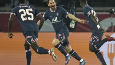 Lionel Messi (M.) feiert seinen ersten Treffer im PSG-Trikot.