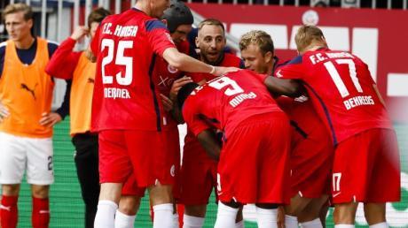Rostocks Spieler jubeln nach dem 2:0 für Hansa im Ostsee-Duell mit Holstein Kiel.