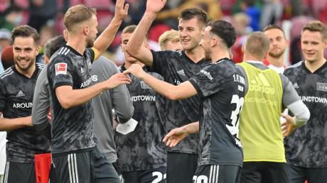Die Berliner Mannschaft jubelt nach dem Schlusspfiff.