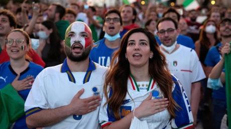 Die italienischen Fans hoffen auf einen weiteren Erfolg ihrer Fußball-Nationalmannschaft.