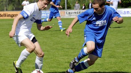 Ein Bild aus gemeinsamen alten Bezirksliga-Tagen: Glötts Andreas Schrettle (links) im Mai 2014 gegen den Wiesenbacher Stefan Schuler.