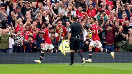 Fred (links) von Manchester United jubelte am ersten Spieltag nach seinem Treffer zum 5:1 gegen Leeds United vor den Fans, die es nicht mehr auf den Sitzen hielt.