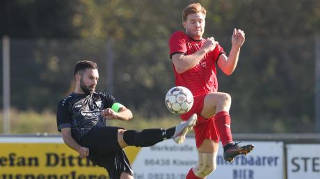 Dominik Bolleiniger (links) und der SV Ottmaring setzten sich gegen Daniel Riederle und den FC Affing II durch.