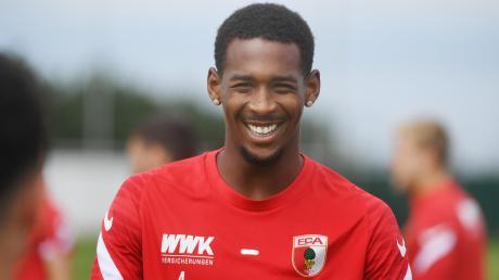 Reece Oxford hat gute Laune. Er hat sich zu einer festen Größe in der Innenverteidigung des FC Augsburg entwickelt.