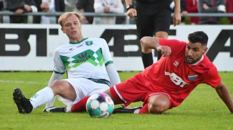 Keine Woche ohne Hiobsbotschaften beim FC Gundelfingen. Im Derby gegen den TSV Schwaben Augsburg ist Janik Noller (links, hier im Duell mit Kotterns Sezer Yazir) wegen einer Schienbeinverletzung nur Zuschauer.
