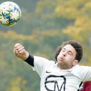 Angreifer Lukas Schwarzfischer erlöste den TSV Wertingen mit seinem Treffer gegen den TSV Hollenbach die heimischen Fans. Hier setzte er sich bei einem Kopfballduell durch.