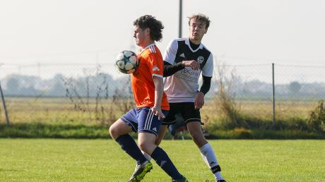Patrick Steinkampf (links) vom SV Wulfertshausen im Zweikampf mit Lennart Fuhrmann vom FC Gerolsbach. Der FCG gewann knapp.