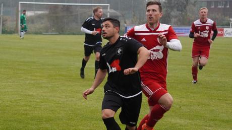 Total auf den Ball fokussiert sind hier der Pöttmeser Granit Gabrica (in Schwarz) und der Echsheimer Julian Thalmeir. Am Ende siegte der TSV Pöttmes II gegen die zweite Mannschaft des SVE in der A-Klasse Aichach mit 3:1.