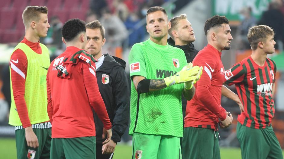Ratlose Gesichter: Frederik Winther, Ruben Vargas, Athletik-Trainer Andreas Bäumler, Rafal Gikiewicz, Arne Maier, Andi Zeqiri und Robert Gumny wissen nicht so recht, was sie vom 1:1 gegen Arminia Bielefeld halten sollen.