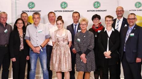 """Der DFB hat Christian Neß (Sechster von links) in den """"Club 100"""" aufgenommen. Links im Bild: DFB-Interimspräsident Peter Peters, rechts DFB-Vizepräsident Peter Frymuth."""