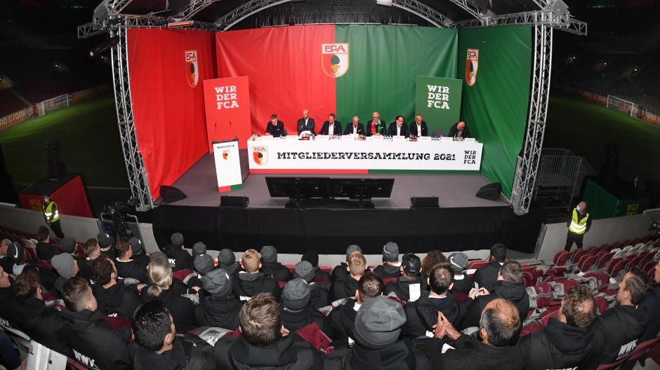 Aufmerksam hörten die Profispieler des FC Augsburg bei der Mitgliederversammlung am Dienstagabend zu.