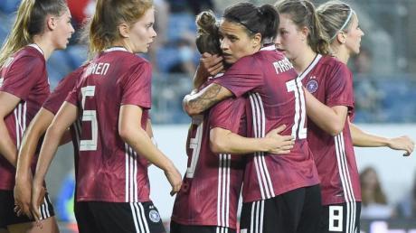 Svenja Huth (3.v.l) sorgte mit ihrem Tor für den knappen DFB-Sieg in Israel.