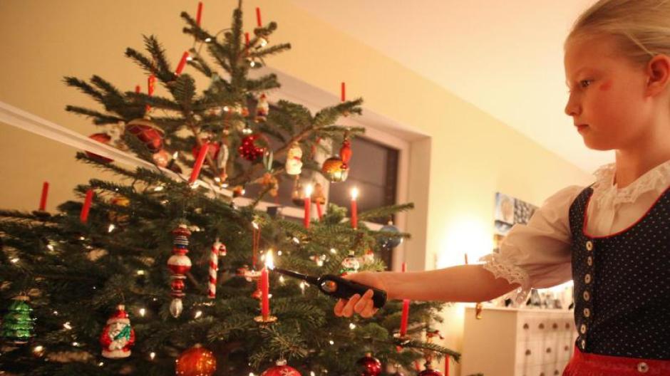 Weihnachten: So verhindern Sie einen brennenden Weihnachtsbaum ...