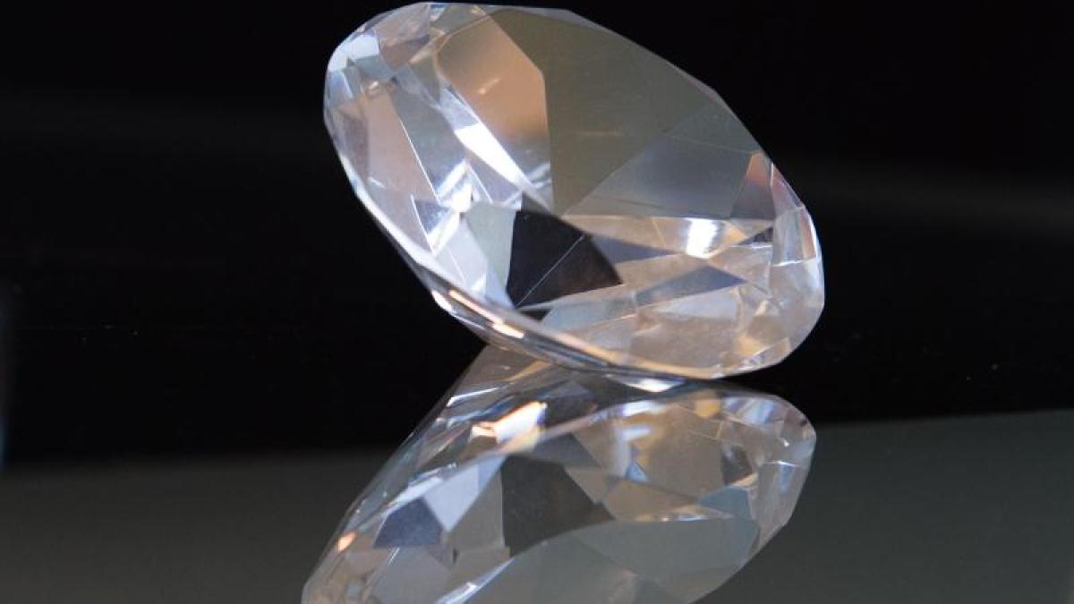 prozess in augsburg juweliere kaufen falsche diamanten 20 j hriger vor gericht lokales. Black Bedroom Furniture Sets. Home Design Ideas