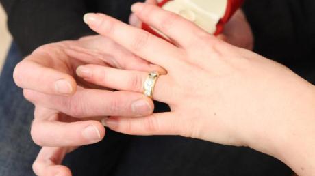 Ein Heiratsantrag der etwas anderen Art: In Erlangen überraschte eine 24-Jährige ihren Freund während eines vermeintlichen Polizeieinsatzes.