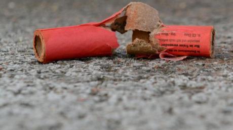 Schaden durch Feuerwerkskörper am Tartanplatz der dasinger Schule.
