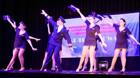 """Den Zuschauern in der voll besetzten Brenzhalle in Gundelfingen wurde bei der Charity Dance Night der Lolli-Pops einiges geboten. Die Showtanz-Gruppe """"Spice"""" nahm sie unter anderem mit über die Wolken."""