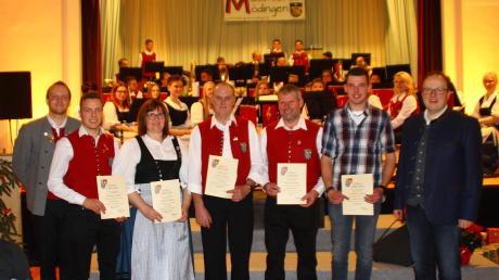 Beim Konzert ehrten Dirigent Marcel Neubauer (links) und der Vorsitzende des ASM, Josef Werner Schneider (rechts), verdiente Mitglieder: Tobias Jenewein (zehn Jahre), Jutta Winter (40 Jahre), Erwin Mattler (40 Jahre), Helmut Klarmann (40 Jahre), Johannes Zengerle (zehn Jahre).