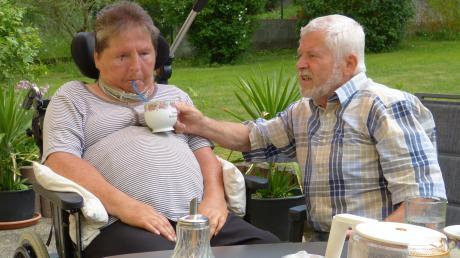 Bei Gisela und Karl Faul ist hingebungsvolle Fürsorge stärker als eine noch so heftige Ausprägung von MS: Die Krankheit kann den täglichen Kaffee auf der Terrasse nicht verhindern.