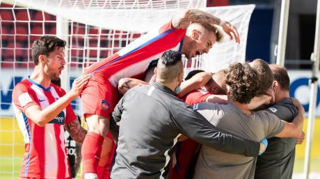Wie war das mit dem Hygienekonzept? Spieler und Betreuer des FC Heidenheim feiern überschwänglich den Last-Minute-Sieg gegen den Hamburger SV. Jetzt hat man das Erreichen der Aufstiegsrelegation in der eigenen Hand.