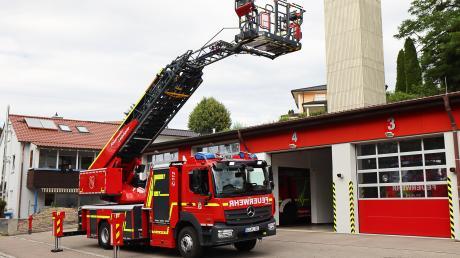 Nicht nur die etwa 800000 Euro teure Drehleiter im Fuhrpark ist neu, sondern auch das erste Fahrzeug dieser Art bei der Freiwilligen Feuerwehr Leipheim. Bisher musste bei Einsätzen mit Drehleiter die Günzburger Wehr alarmiert werden.