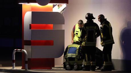 Nach der Sprengung eines Sparkassen-Geldautomaten in Leipheim waren die Polizei und die Feuerwehr in der Nacht von Sonntag auf Montag über mehrere Stunden im Einsatz.