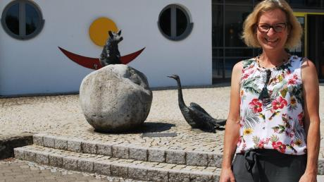 Nach zwölf Jahren, davon vier als Rektorin, verlässt Andrea Rebmann die Alois-Kober-Grundschule in Kötz, um die Schulleitung an der Grundschule in Bächingen im Nachbarlandkreis Dillingen zu übernehmen. Das Abschiedsfoto hat sie sich vor dem Lachgesicht des Schulhauses gewünscht.