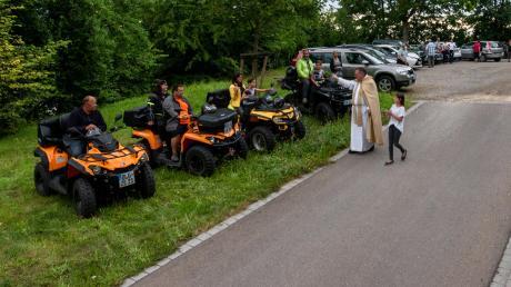 Auf dem Parkplatz vor der Kirche standen ebenfalls zahlreiche Fahrzeuge, auch die Gruppe an Quadfahrern bekam den Segen für allseits gute Fahrt mit auf den Weg.