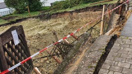 Vermutlich auch aufgrund des nächtlichen Regens brach die gepflasterte Regenrinne des Syrgensteinrings nach Angaben der Polizei auf einer Länge von etwa 15 Meter ab und rutschte in die Baugrube.