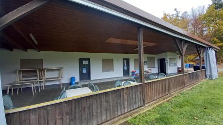 Wegen eines Einbruchs in dieses Vereinsheim des SV Kleinbeuren in Kammeltal vor fast zwei Jahren stehen drei Mitglieder einer Bande vor dem Jugendschöffengericht Günzburg. Ein Jäger hatte die Täter beobachtet.