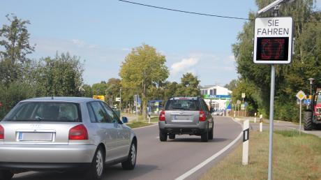 Geschwindigkeitsanzeigen, wie hier in Horgau, sollen in der Gemeinde Holzheim das Einhalten der Höchstgeschwindigkeit von Tempo 50 mitbewirken.