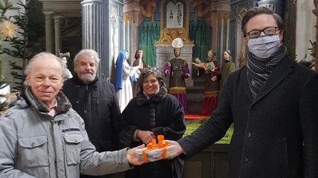 1400 Euro für die Stadtpfarrkirche: (von links) Josef Happ, Leo und Michaela Thomas und Stadtpfarrer Daniel Ertl.
