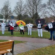 Beschäftigte der Kreisklinik in Günzburg haben sich an einem Protest für bessere Arbeitsbedingungen beteiligt.