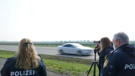Die Laserpistole kann die Geschwindigkeit von Fahrzeugen auf bis zu 1000 Metern Entfernung messen. Das Foto entstand bei Blindheim.