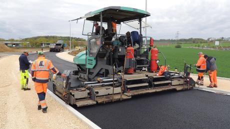 Derzeit asphaltieren die Firmen Swietelsky und BGS die Trasse.