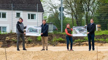Eine neue Attraktion für Radler entsteht beim Dillinger Donaustadion. Daniel Kaim, Oberbürgermeister Frank Kunz, Erika Schweizer und Günter Urban (von links) präsentieren Ansichten der neuen Anlage.
