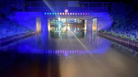 In dieser Unterführung in Gundelfingen hat sich das Wasser gesammelt. Die Feuerwehr musste auch stecken gebliebenen Autofahrern helfen.