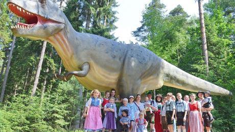 Die Dießener Trachtenjugend war begeistert vom Dino-Park in Denkendorf und durfte sogar selber Fossilien herausklopfen.
