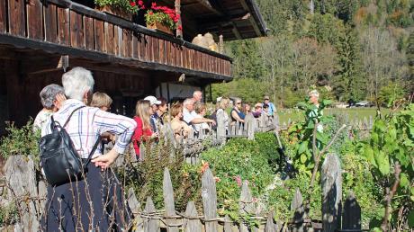 Im Schlierseer Freilichtmuseum machten die Eglinger eine aufschlussreiche Kräuterführung mit.