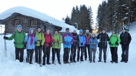 Die Winterwanderer des DAV Kaufering auf dem Schutzengelweg. Besonders beeindruckend waren die schneebedeckten, leuchtenden Berggipfel.