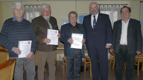 Die Ehrenmitglieder Raimund Rauschmair, Jürgen Dietschmann und Alfred Mayrock, Vorsitzender Peter Kaiser, Bürgermeister Ferdinand Holzer (von links).