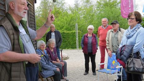 """Werner Schmitt vom Förderverein """"Villa Rustica"""" brachte den Kinsauer Gartlern die Grabungsgeschichte näher."""